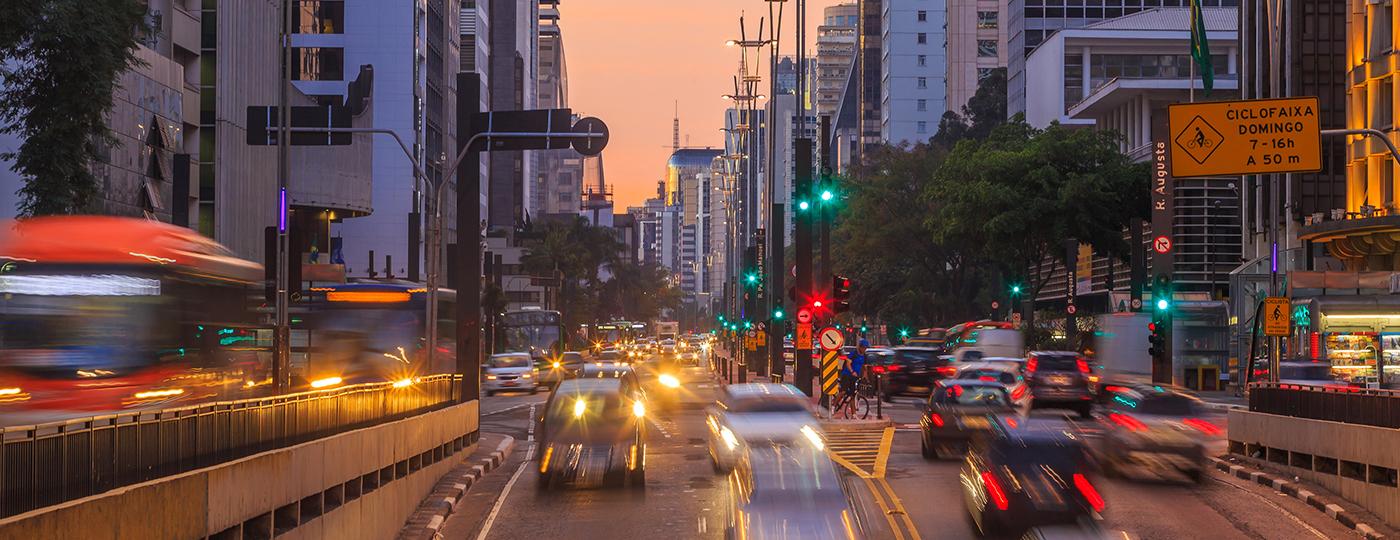 Carros passando na Avenida Paulista