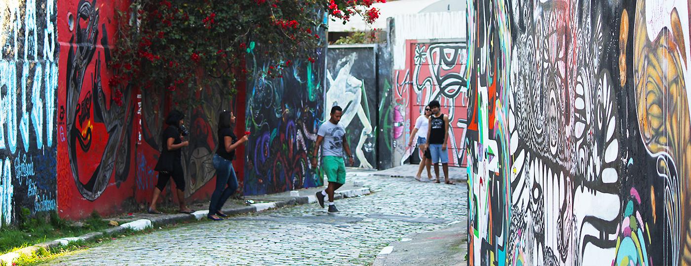 O que fazer na Vila Madalena: pessoas no Beco do Batman na Vila Madalena