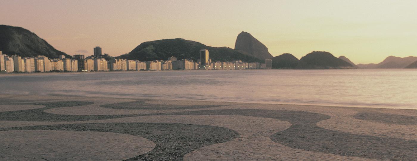 Comidas típicas do Rio de Janeiro: Calçada de Copacabana com o Pão de Açucar ao fundo