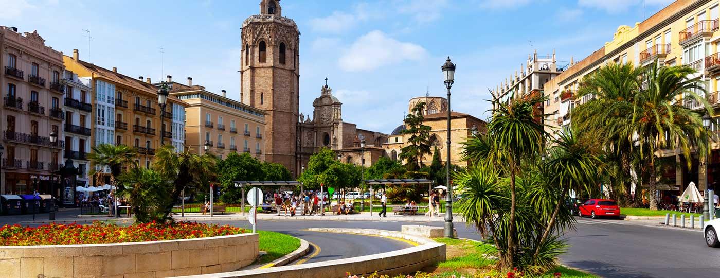 Plaza de la Reina y Torre Micalet en el centro histórico de Valencia, España