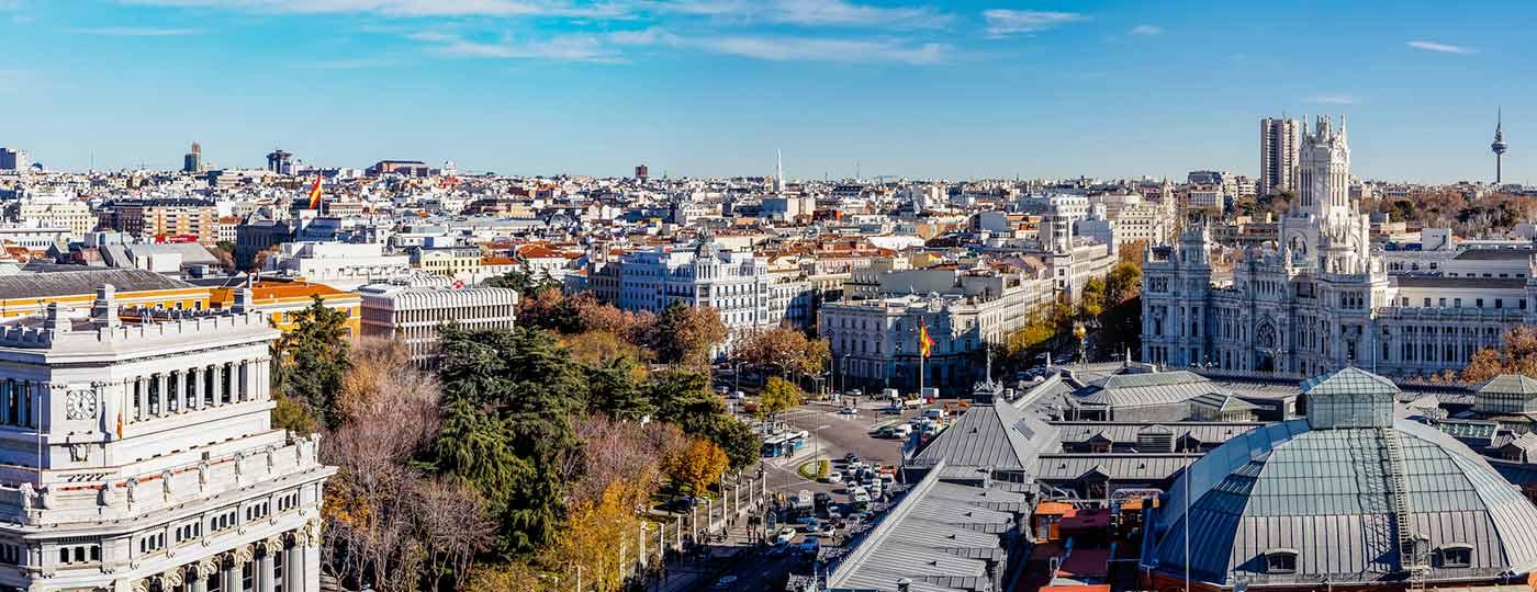 Vista aérea de la Plaza de Cibeles y la Oficina de Correos de Madrid, España.
