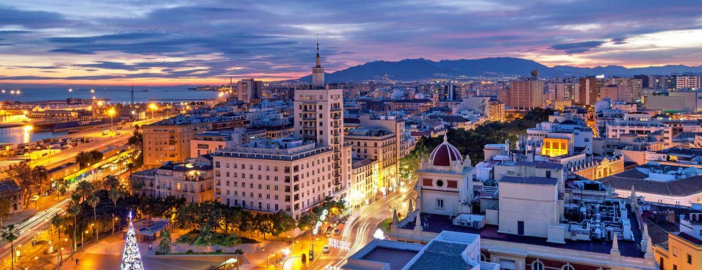 Vista panorámica del atardecer de la ciudad de Málaga