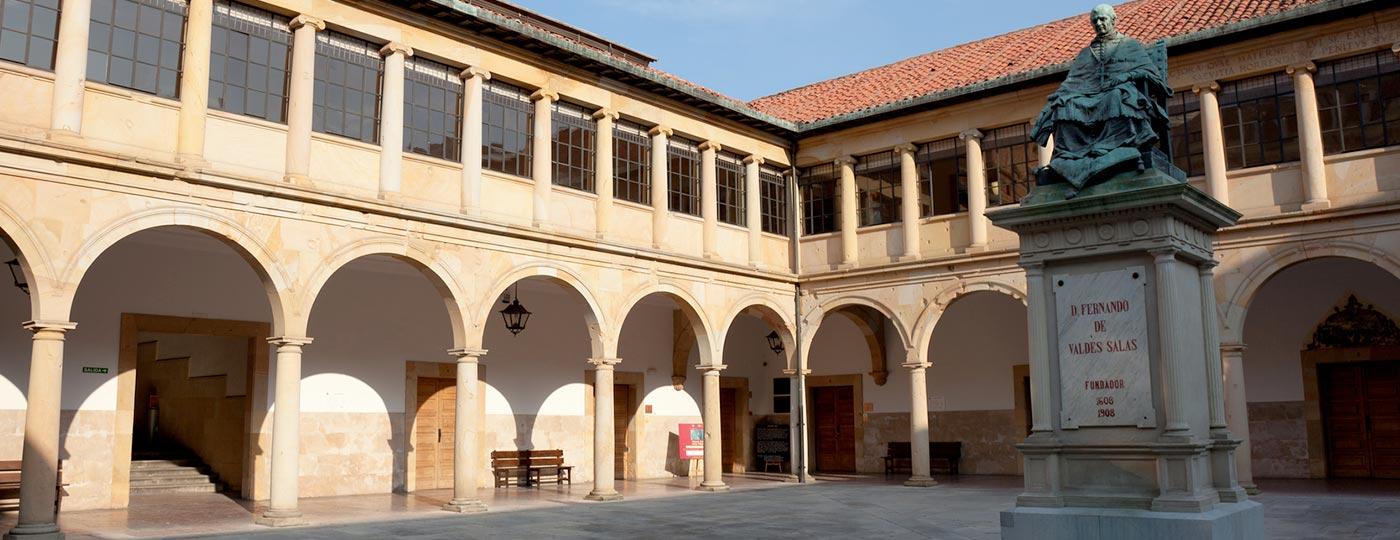 Claustro viejo de la Universidad de Oviedo con la estatua de Fernando Valdés de Salas