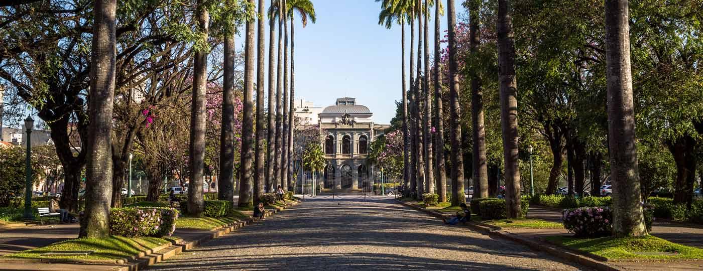 Faça um passeio pelo centro histórico de Belo Horizonte com Carlos Drummond de Andrade.