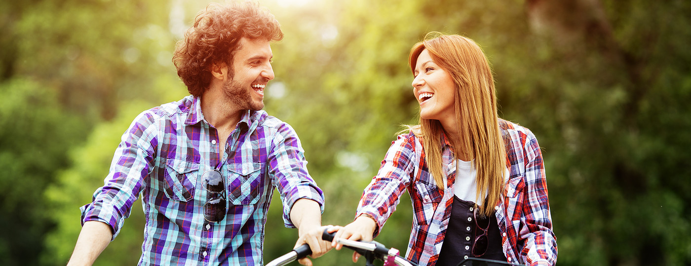 Casal passeando de bicicleta no parque