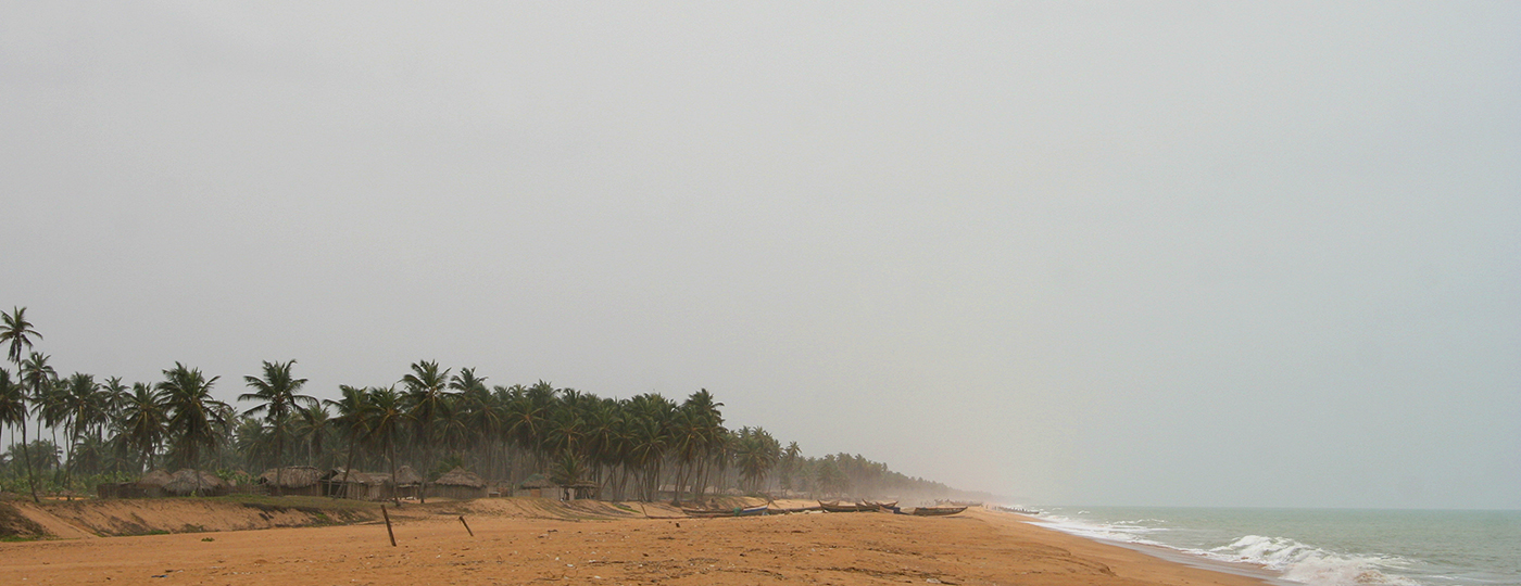 Praia nublada e cinzenta