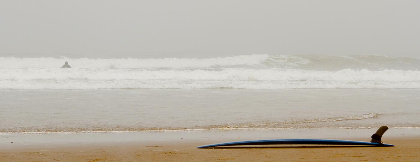 Prancha na areia em praia nublada