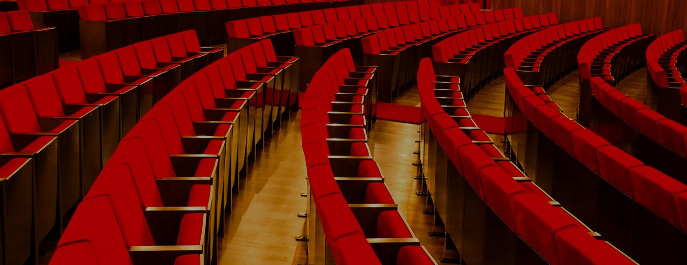 Cadeiras vermelhas de uma sala de cinema