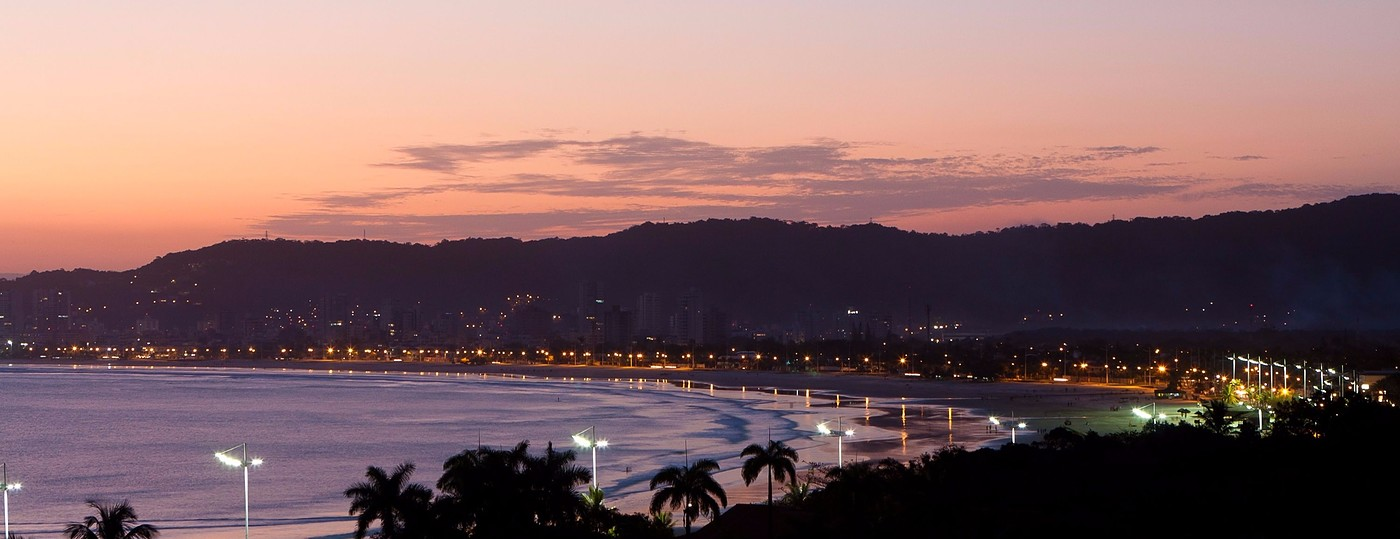 Vista da Praia da Enseada a noite