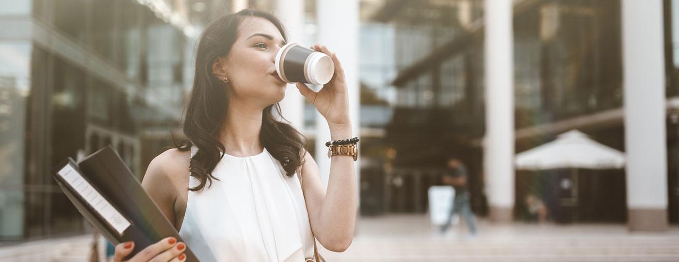 Una mujer de negocios bebe un café después del trabajo
